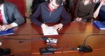 DoTheWriting! Veneto: Alberto Made514 Capozzi (vicepresidente ACU Ologram) mentre firma la manifestazione di interesse già siglata da Diego Marchiorello (presidente ACU Infart). Padova, 25 febbraio 2010.