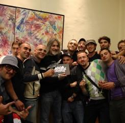 Alcuni dei più famosi writers napoletani in posa con The Godfather of Graffiti, Richard Seen Mirando, Napoli, 2010. La mostra segnò anche l'inizio del progetto di creatività urbana per il sociale CUNTO.