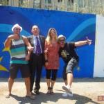 Il Vice Presidente del Parlamento Europeo On. Gianni Pittella posa con gli street artisti e gli operatori della creatività urbana europei a Napoli (2011)