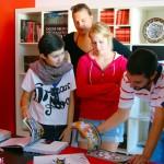 Studenti internazionali coordinati dal direttore sviluppo INWARD Salvatore Pope Velotti effettuano ricerche sui libri di WALL - Writing Art Local Library, presso il Centro Territoriale per la Creatività Urbana di Napoli.