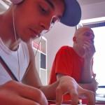 Davide Deiv e Paolo Sha One Romano durante una sessione di disegno preparatoria per il Bilancio di Sostenibilità 2011-2012 Vodafone.