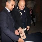 """""""Ogni Muro Prima o poi Cade"""", consegna a Massimo Boldi"""