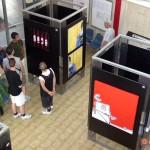 Circumwriting, 2004: allestimento della mostra Artenope. In primo piano, un'opera di Iabo. In fondo, opere di Demon. Sala d'attesa della stazione di Castellammare di Stabia.