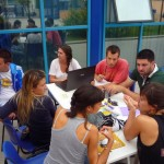 """Il laboratorio partecipato tra gli operatori sociali provenienti da tutta Europa e gli adolescenti locali durante il training """"Sprays and Pencils. Tools for Social Inclusion and Intergenerational Dialogue"""" (2013)"""