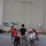Jorit AGOch insieme ai bambini del Parco Merola