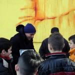 Domenico Basile dona alcune copie de ''Lo Cunti de li Cunti'' ai bambini del Paro Merola