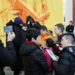 Domenico Basile dona alcune copie de ''Lo Cunti de li Cunti'' ai bambini del Parco Merola