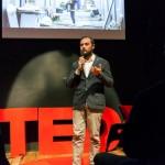 """Luca Borriello, direttore ricerca INWARD, presenta il Parco dei Murales al salon TedxNapoli con l'intervento """"La creatività urbana come innovazione sociale"""" (foto di Antonio Sena)"""