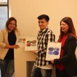 """I giovani studenti beneficiari del progetto """"àdEST Emersione Sociale Talenti"""" con le micro-tele Nartist dipinte"""
