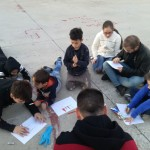"""""""Je sto vicino a te"""": per l'ultimo giorno di laboratorio i bambini e gli adolescenti del Parco dei Murales hanno realizzato una personalissima visione del loro quartiere insieme all'artista Daniele Nitti"""